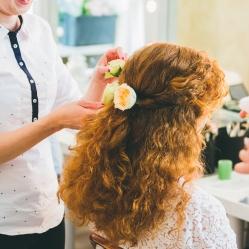 Fleurs fraîches dans les cheveux